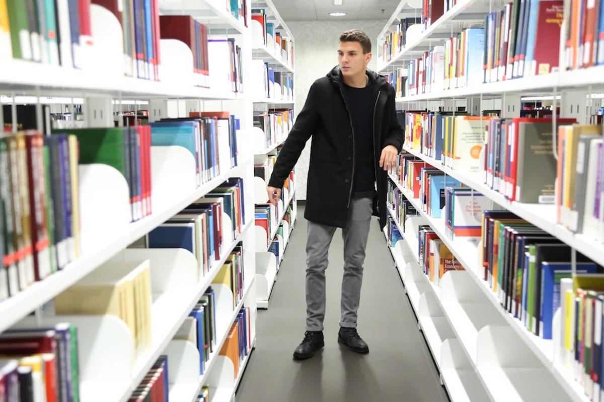 Manuel Fähs zweiter täglicher Aufenthaltsort neben dem Fussballplatz. Die Bibliothek der PHZ Luzern (Bild: SC Kriens).